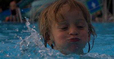 Fantje plavajo